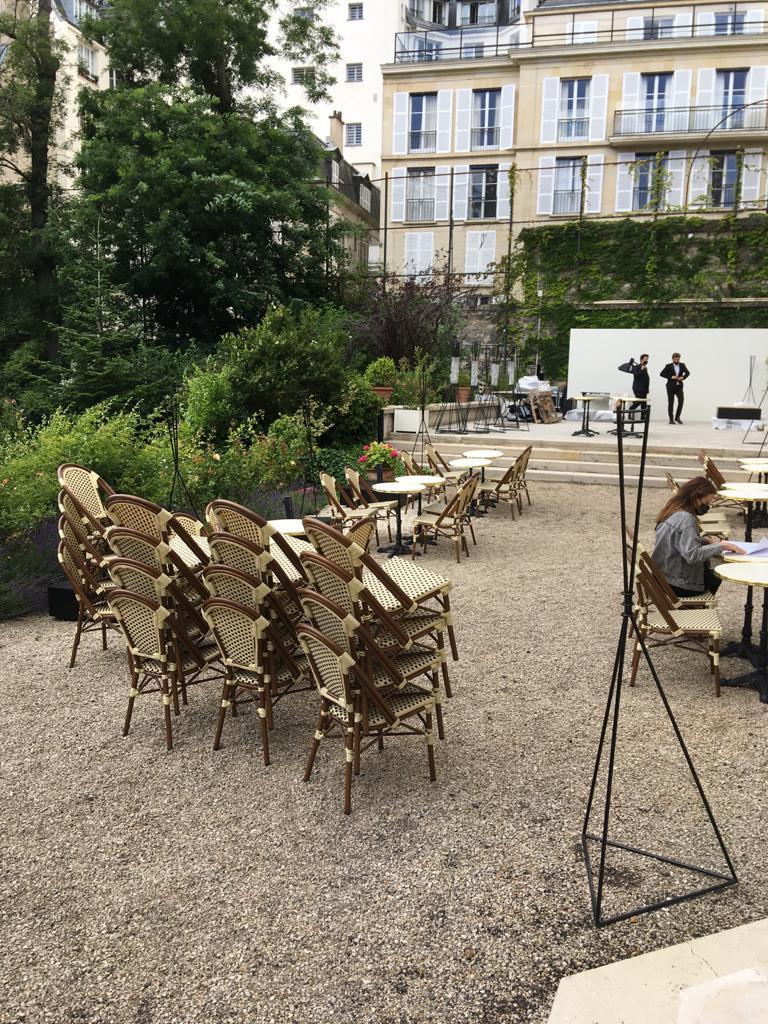 location tables et chaises style paris defile georgio armani paris
